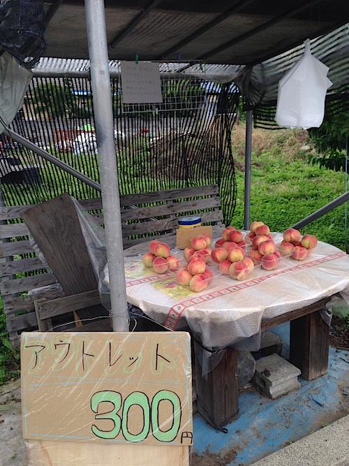 勝沼町内の桃の無人売店